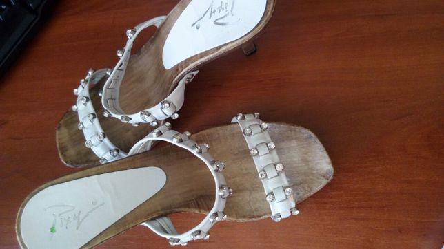 Кожаные красивые шлепанцы, босоножки на каблуке