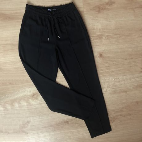 Czarne spodnie chinosy Zara modne eleganckie proste kant hit