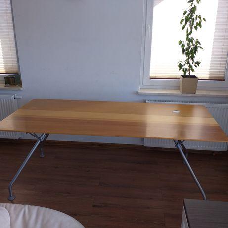 2 stoły biurowe z drewnianym blatem
