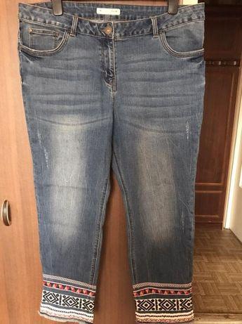 Голубые стрейчевые укороченные джинсы с вышивкой