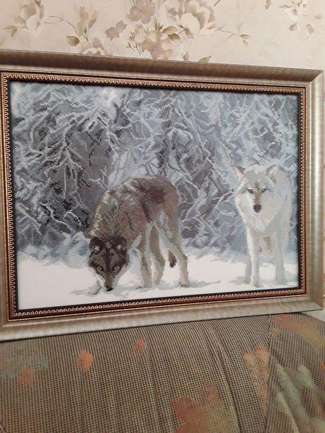 """Вышитая картина """"Волки в лесу""""."""