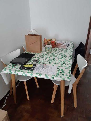 Mesa Branca linda com 4 cadeiras