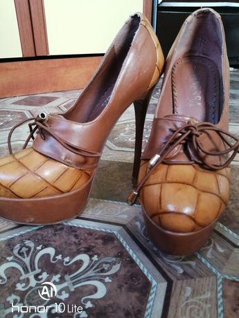 Продам туфлі на високому каблуку