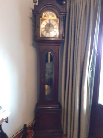 Relógio de pé muito antigo em bom estado.