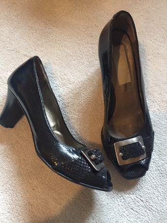 Varios pares de sapatos e sandalias 36