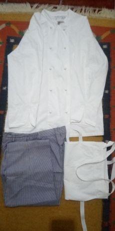 Farda de cozinheiro, jaleca, calça, avental e ainda alguns botões.