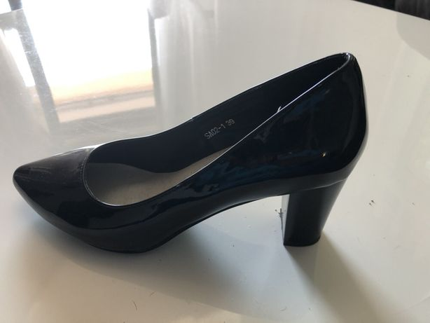 Czarne lakierowane buty