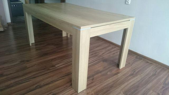 Duży stół rozkładany do jadalni salonu
