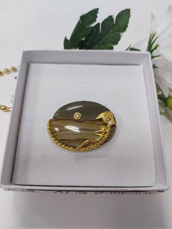 Złota broszka z krzemieniem i brylantami
