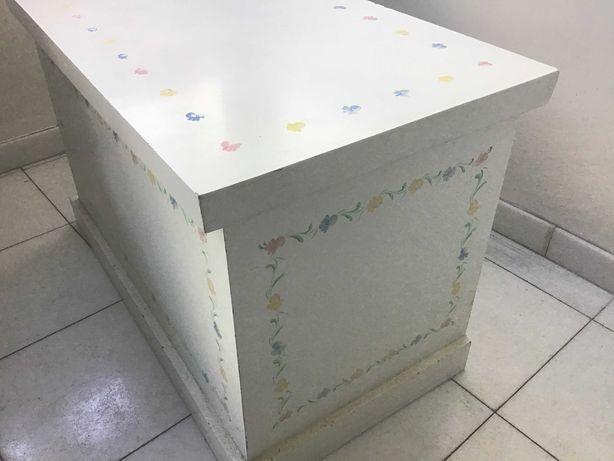 Arca em madeira branca para quarto de  criança