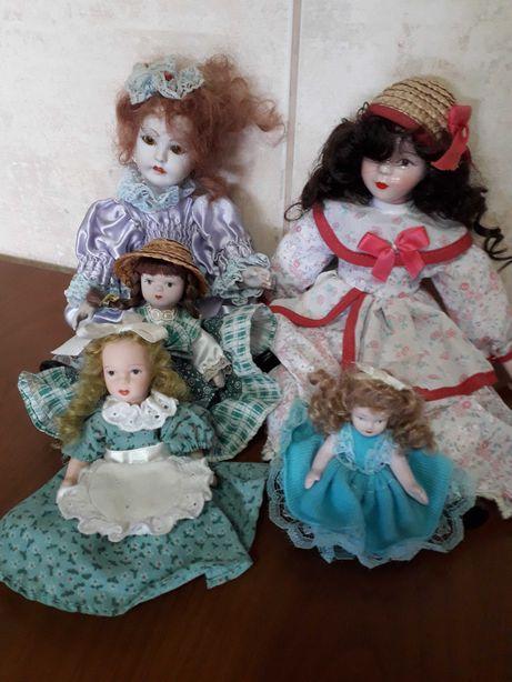 Diversas bonecas de porcelana