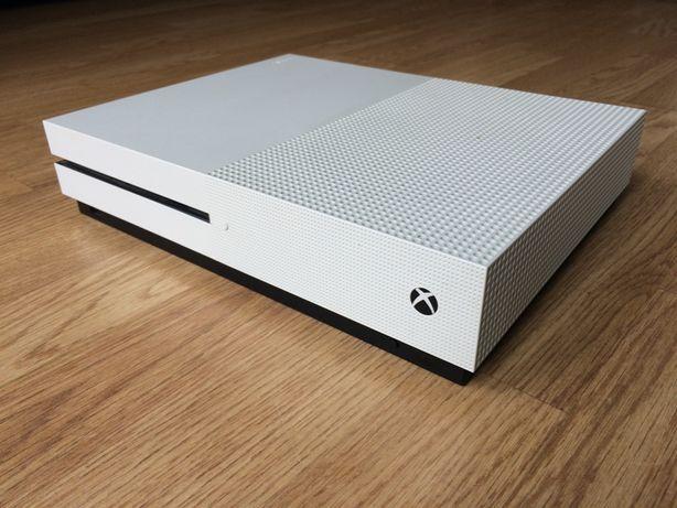sprzedam XBOX one S 360 GB + 2 pady do gry + 2 gry