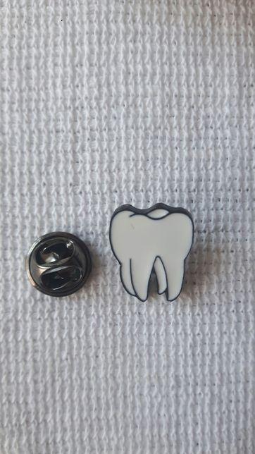 Nowa przypinka ząb prezent