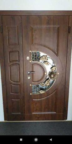 Дверь полуторная металлическая входная с витражом