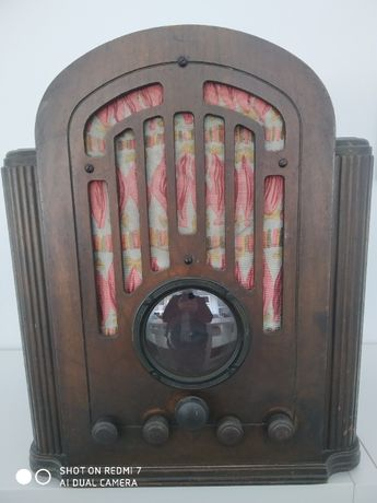Rádio capela antigo em madeira