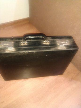 Stara walizka na szyfr
