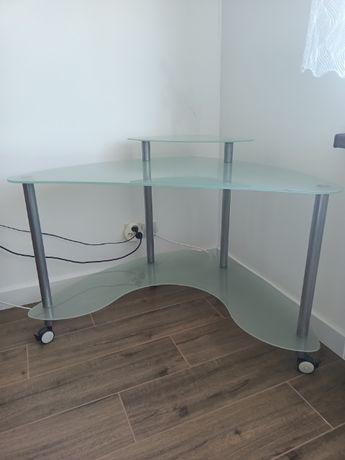 Szklane biurko pod komputer