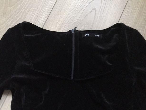 czarna dopasowana welurowa sukienka z kwadratowym dekoltem