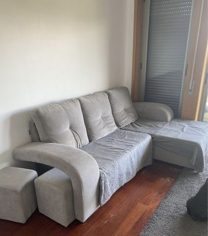 Vendo Sofá com chaise long + puffs