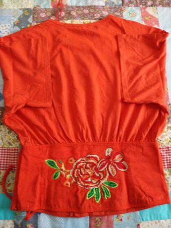Blusa vermelha com flores bordadas