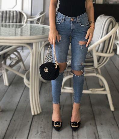 Обтягивающие рваные джинсы с дырками