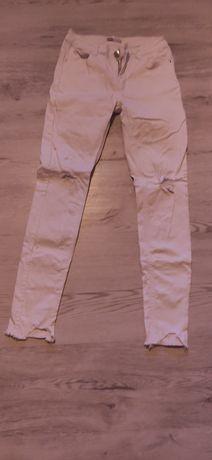 Spodnie białe z dziurami na kolanach