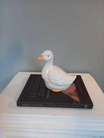 Duża figura kaczki.