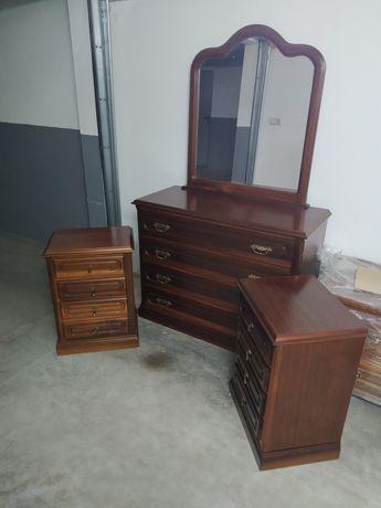 Cómoda, espelho e duas mesas de cabeceira