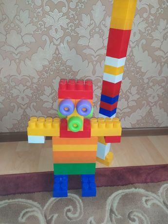 Крупный большой конструктор Лего.