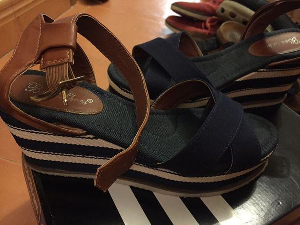 Sandálias azuis escuras