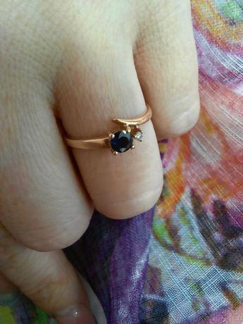 Золотое кольцо с сапфиром и брилиантом