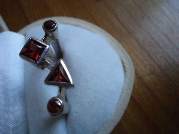 Nowoczesny srebrny pierścionek z granatami