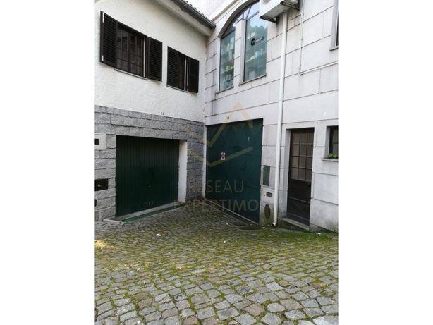 Garagem espaçosa em zona habitacional e junto à Escola Se...