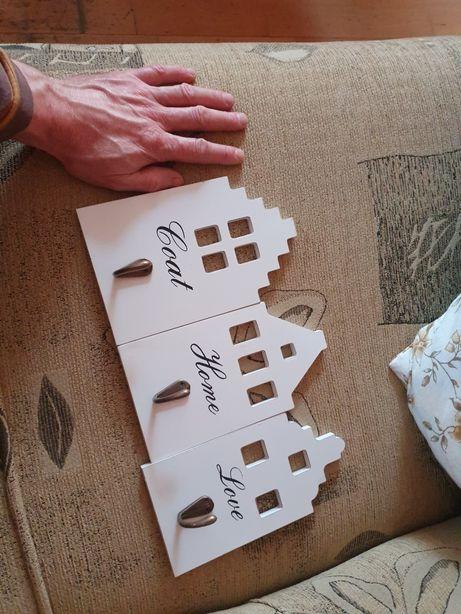 Sprzedam 3 haczyki wieszaki w kształcie domku cena za całość