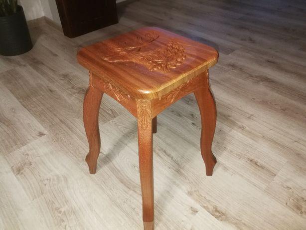krzesełko taboret myśliwski z dębowego drewna ręcznie zdobione
