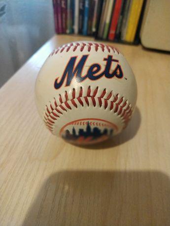 Бейсбольний м'яч команди New York Mets.
