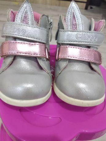Дитячі черевички для дівчинки.
