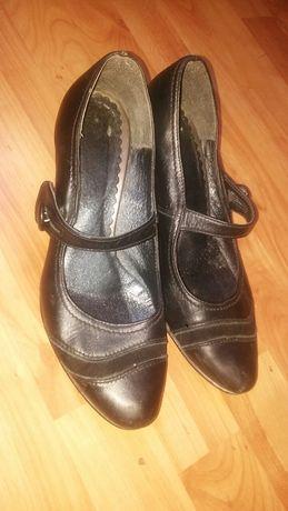 Czarne buty na niskim obcasie