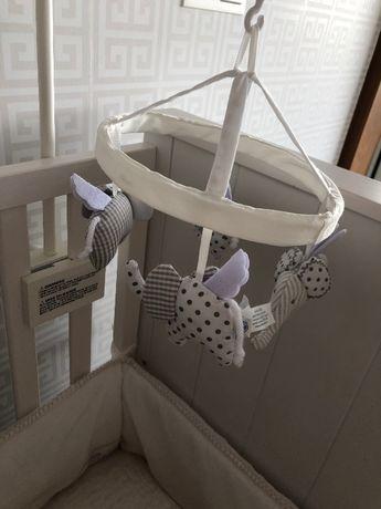 Brinquedo mobile para berço/cama de grades