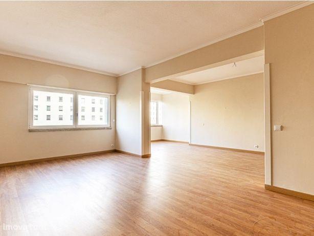 Apartamento T4+1, remodelado, no centro de Miraflores