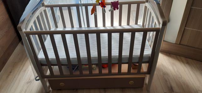 Дитяче ліжечко з ортопедичним матрасом,комплектом постільної білизни.
