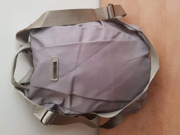 Lekki beżowy plecak.