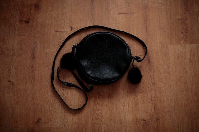 Czarna mała torebka na ramię z pomponikami