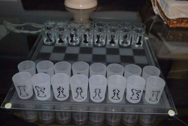 Tabuleiro de xadrez com copos