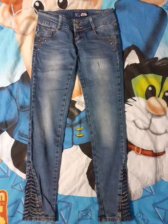 Продам джинсы темно- синие с потертостями и стразами