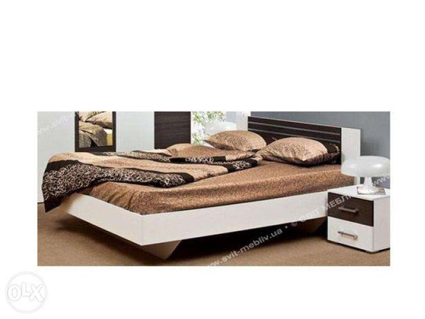 Кровать белая с матрасом.
