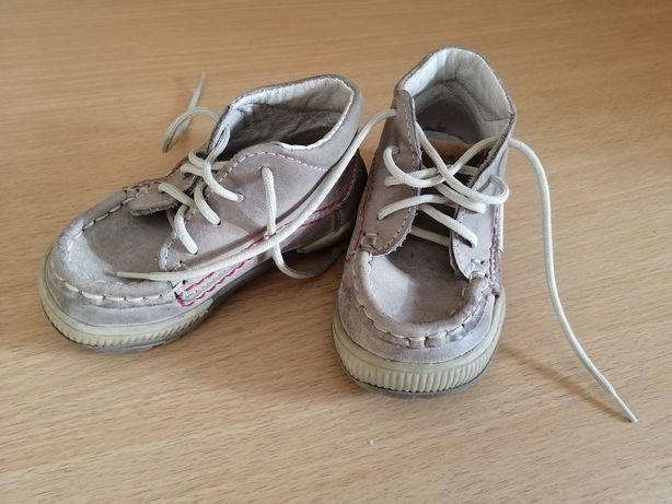 Skurzane obuwie dla dziecka