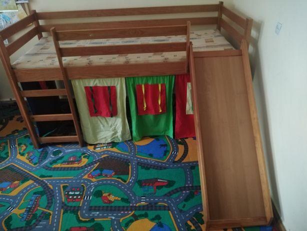 Łóżko dziecięce zjeżdżalnią