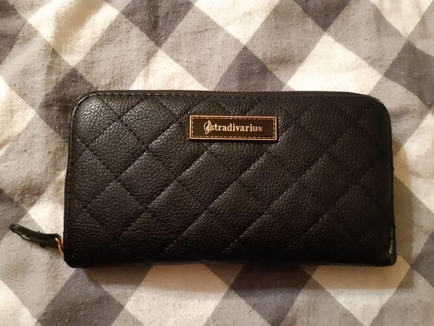 Czarny pikowany portfel damski Stradivarius