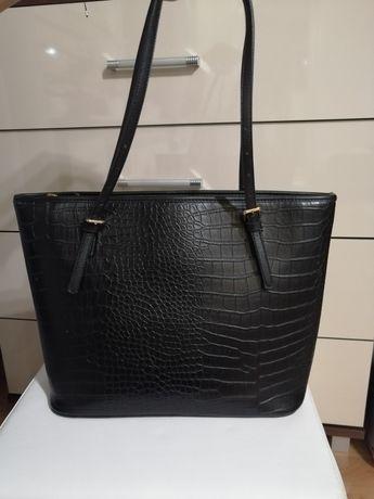 Czarna torba shopper efekt wężowej skóry zapięcia na rączkach hit